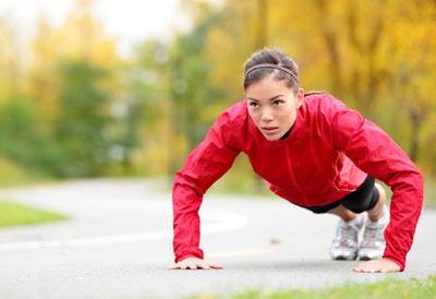 Физическая нагрузка (отжимания) для девушек на свежем воздухе