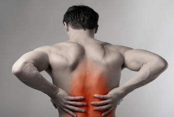 Боль в пояснице и между лопатками при защемлении спинного нерва
